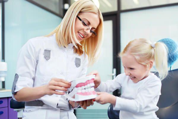 Как правильно ухаживать за зубами и деснами ребенка?