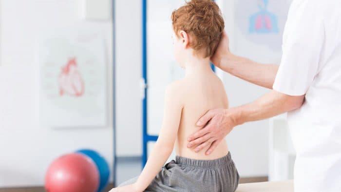 Сколіоз у дітей: причини, проблеми та лікування