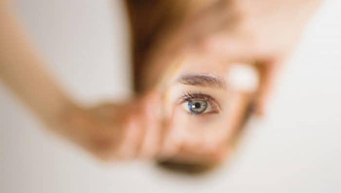 Чому смикаються очі і як це припинити