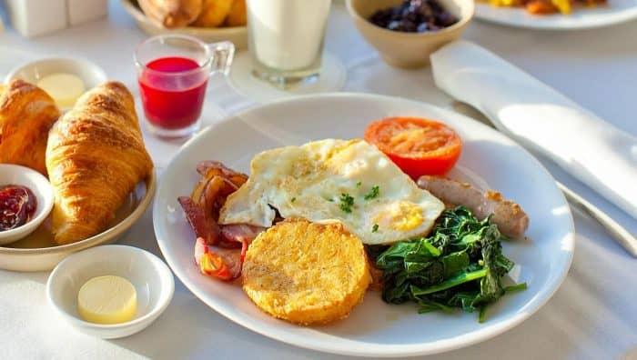 Що корисно на сніданок? Що краще їсти вранці, а які продукти їсти не можна