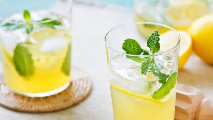 Гарячий чай або холодне молоко: що можна і не можна пити в спеку